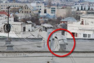 Крепление кабелей на крыше дома